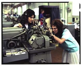 Einstellung eines Achsendrehautomaten mit Hilfe eines Zentriermikroskops, 1963 (© Archiv für Zeitgeschichte, Firmenarchiv Landis & Gyr)