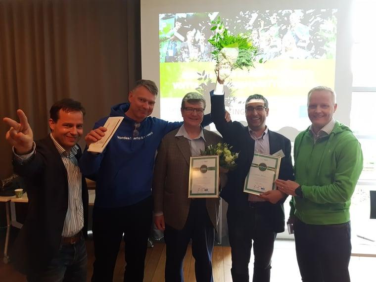 Tuomariston jäsenet Perttu Lahtinen (Helen), Vesa Riihimäki (Nordea) ja Tuukka Toivonen (Landis+Gyr) onnittelevat voittajayritysten Finno Energyn Timo Erämaata ja Broadbit Batteriesin David Brownia.